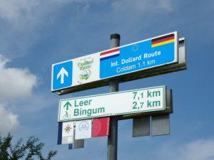 Das kleine rote Zusatzschild an den Radrouten-Schildern weist auf den Kreuzfahrtweg hin. OTG-Foto