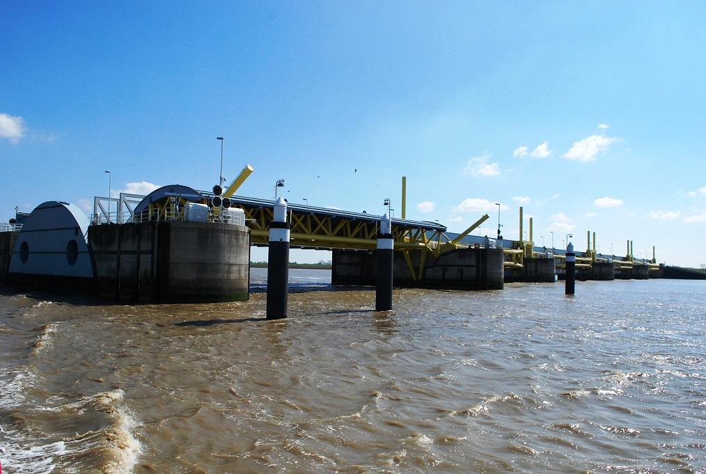 Letztes Nadelöhr für die Ozeanriesen der Meyer Werft: Das Emssperrwerk bei Gandersum. CA-Foto