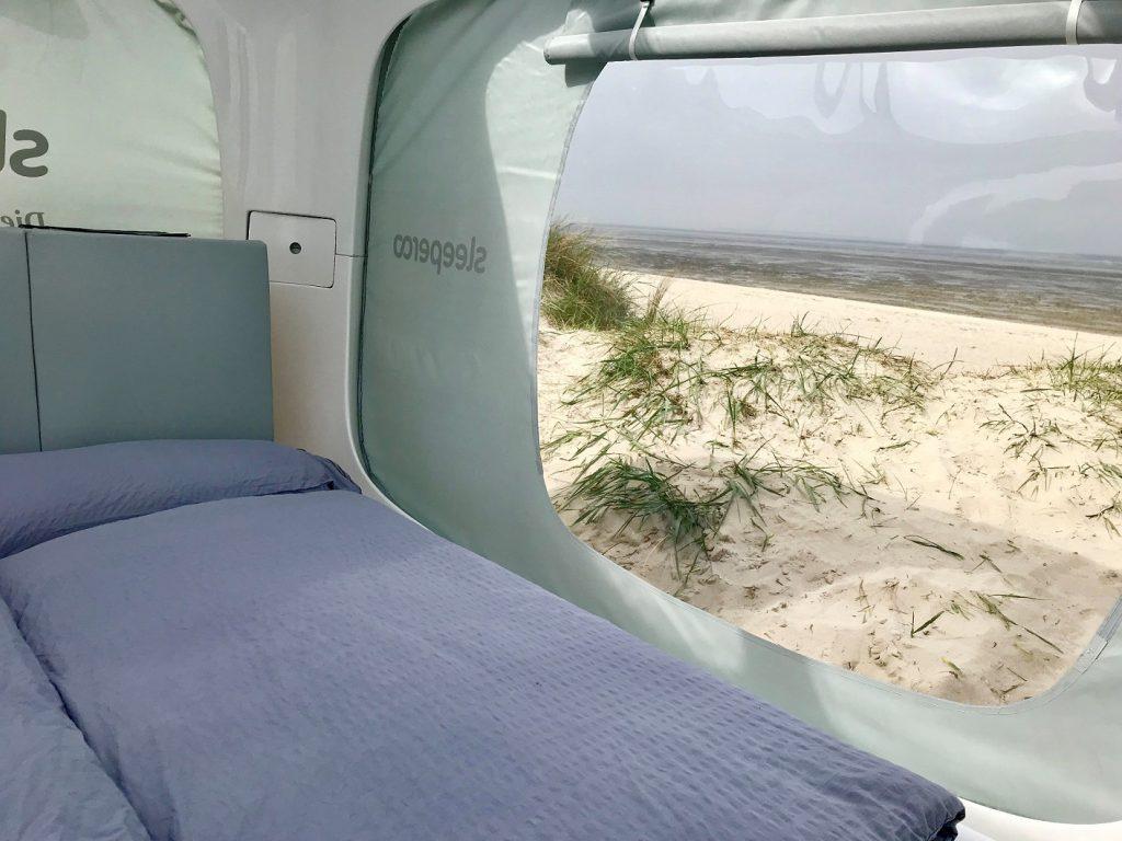 Das Innere besteht eigentlich nur aus dem gemütlichen Bett, 1,60 Meter mal 2 Meter, mit den angenehm harten Matratzen und den ausreichend warmen Decken. Am Kopfende Stauraum für persönliche Dinge. CA-Foto