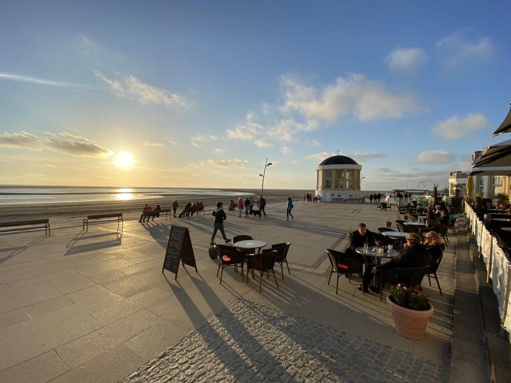 Borkums erste Reihe: Die Promenade mit vielen Bars und Restaurants ist Anlaufpunkt für die Touristen auf der Insel. CA-Foto