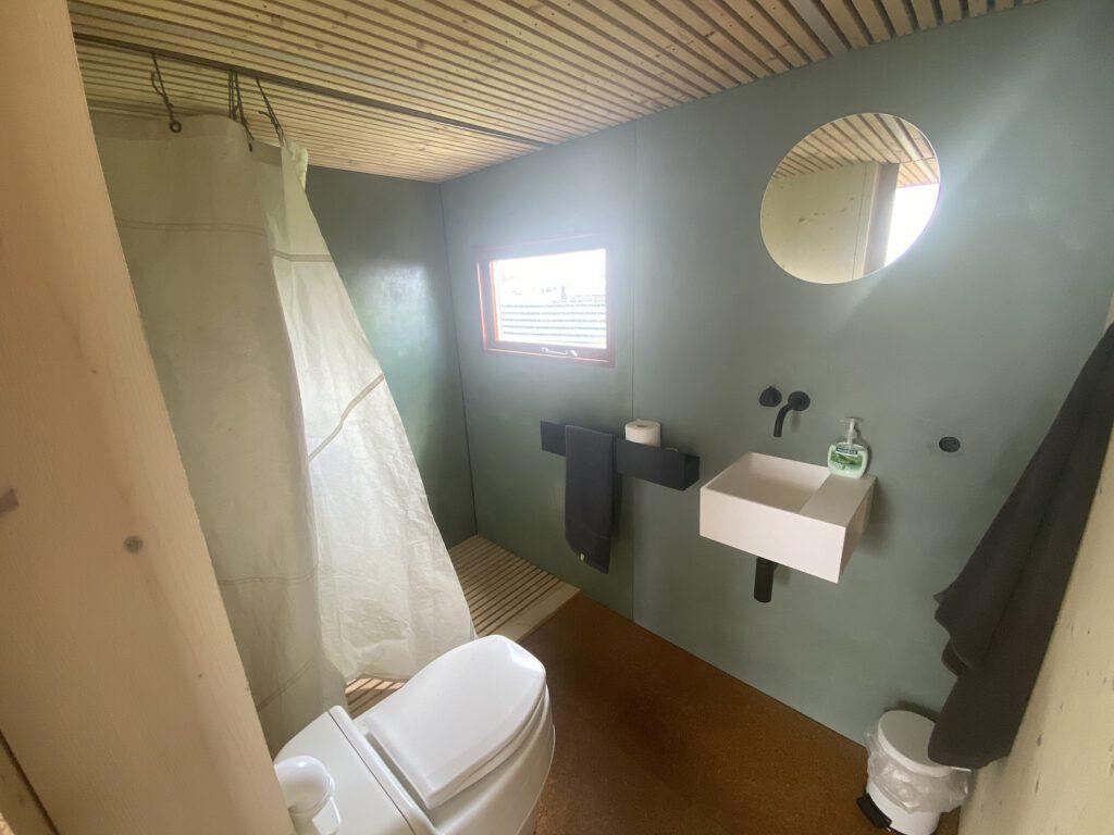 Das Bad ist mit einer Astronautendusche ausgestattet. CA-Foto