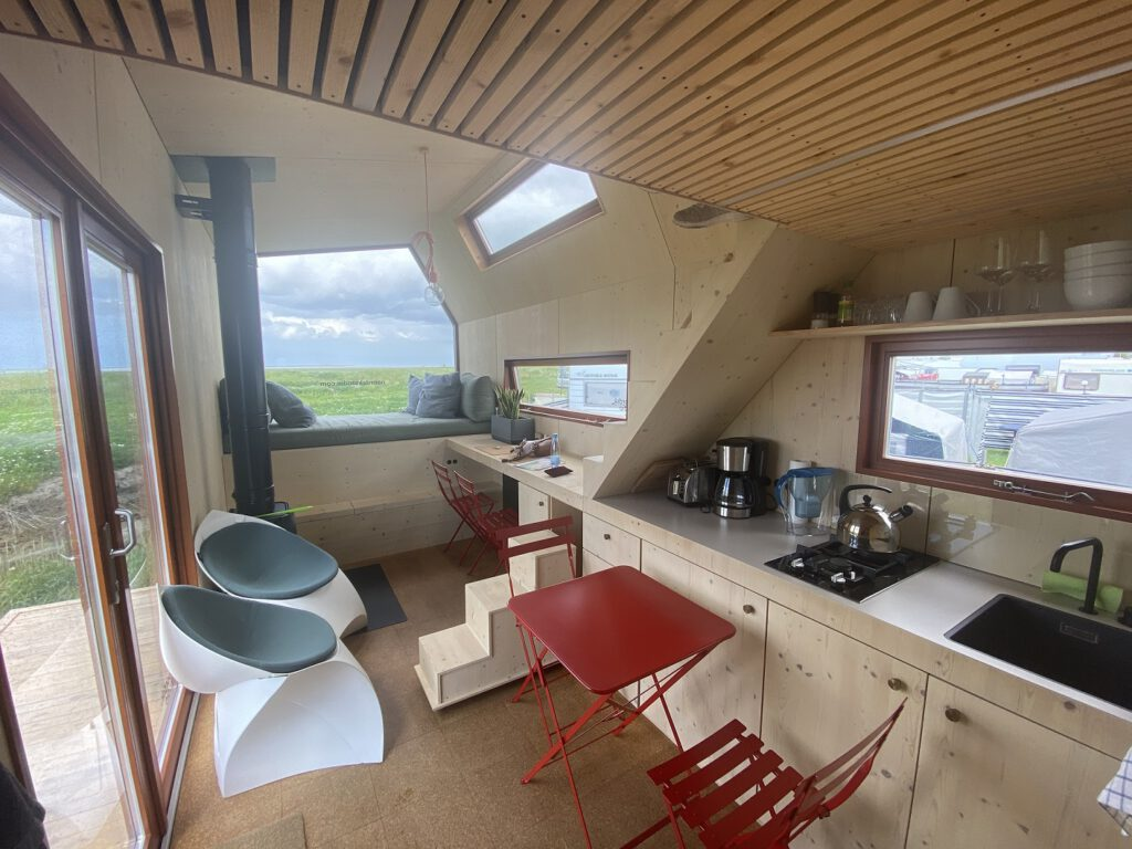 Küche, Wohnzimmer und Esszimmer in einem: Über die kleine Treppe gehts hinauf in den Schlafbereich. CA-Foto