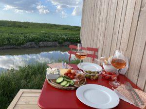 Abendessen mit Antipasti und Wein auf der kleinen Veranda des Tiny Houses. CA-Foto