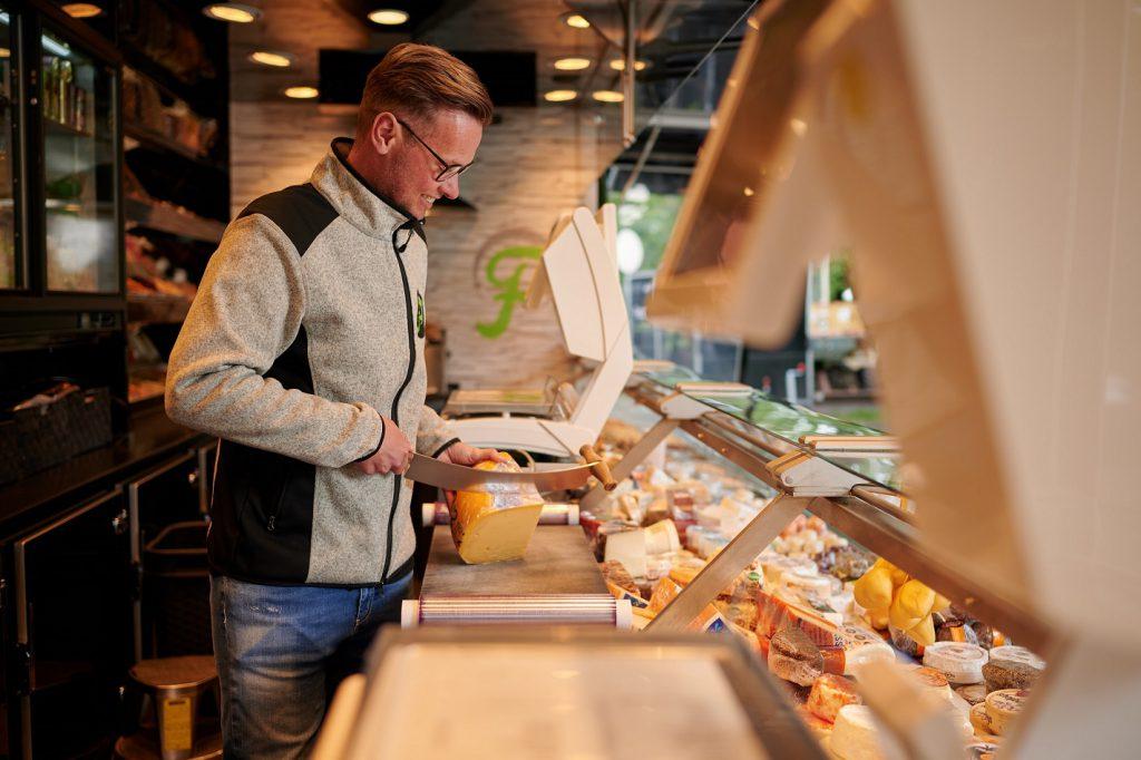 Niederländischer Käse und Weichkäse-Sorten aus ganz Europa bietet Frans Posthumus auf Wochenmärkten in Emden, Wittmund, Norden und Jever an. Privat-Foto