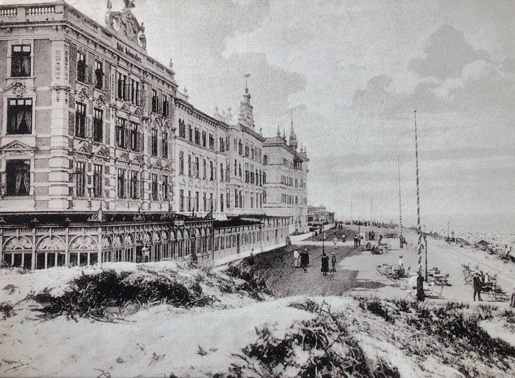 """1898 wurde das Haus von Willem Dirks Bakker errichtet. Damit gehörte das """"Hohenzollern"""" schon zu Beginn des Borkum-Tourismus um die Jahrhundertwende zu den exklusivsten Hotels auf der """"Kaiserstraße""""."""
