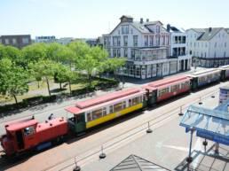 Die Borkumer Kleinbahn im Bahnhof im Borkumer Stadtkern. CA-Foto