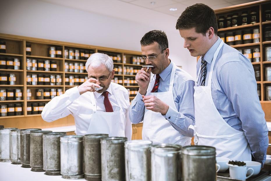 Büntings Teetester bei der Arbeit: (von links) Ralf Töpfer, Egbert Kolthoff und Matthis Alsmeier. Foto: Bünting Unternehmensgruppe
