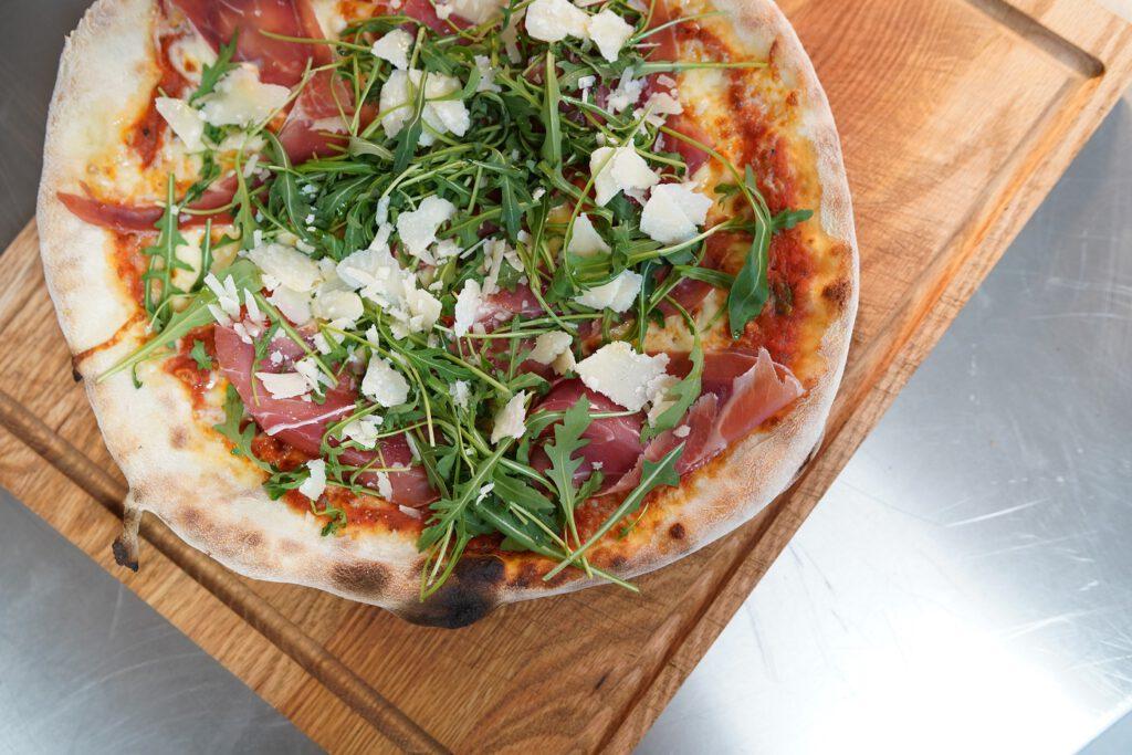 """""""Die lange Teigführung macht die Pizza dann viel bekömmlicher. Sie hängt einem nicht so lange nach und liegt nicht schwer im Magen"""", sagt Jan Kieseling. Foto: Kanne-Gruppe"""