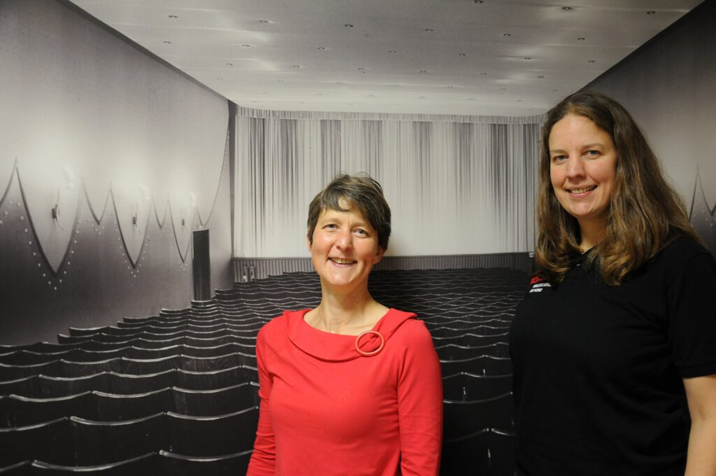 Führen gemeinsam die Kinos in Papenburg, Leer, Aurich und Meppen: Kathrin (links) und Astrid Muckli. CA-Foto