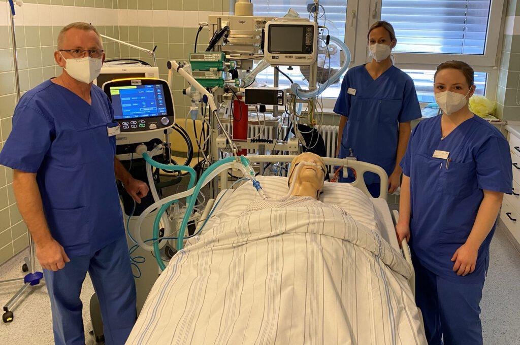 """Hier ist der """"Patient"""" nur eine Puppe: Wilhelm Tallen, Katrin Lager und Maximiliane Orfgen (von links) kümmern sich um Intensivpatienten. Foto: Denise Kiesow, Marien Hospital"""