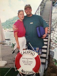 """Kiona mit einem Kollegen an der Gangway """"ihres"""" ersten Kreuzfahrtschiffes, der """"Calypso"""" im Jahr 1996. Privat-Foto"""