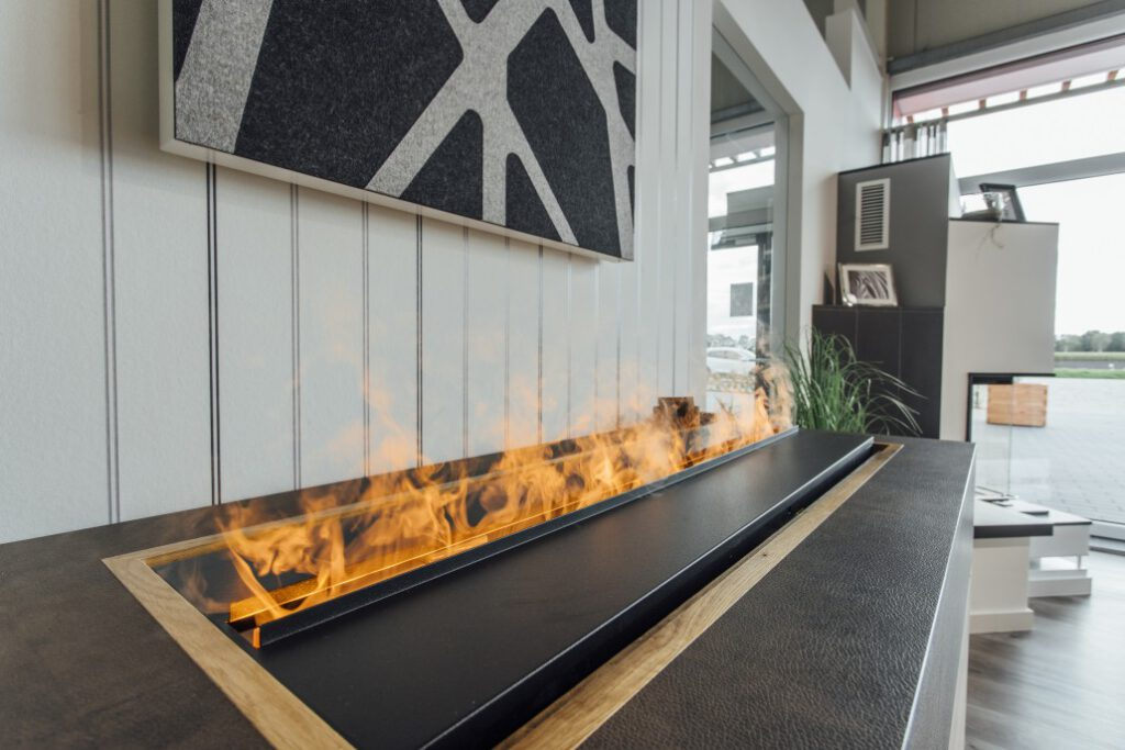 Produkte im Ausstellungsraum, statt im Online-Shop: Das Heseler Kaminstudio hat im Rheder Ems-Dollart-Zentrum eine moderne Verkaufsfläche. PR-Foto