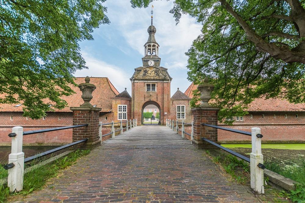 Der Eingang zum Wasserschloss Lütetsburg. Dort sind unter anderem Ferienwohnungen untergebracht. Foto: Friederike Hegner