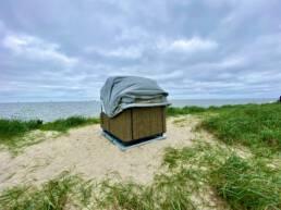 Einsamkeit als Luxus: Der Schlafstrandkorb in Hooksiel