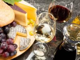 Gourmetspeise, Käseplatte mit Trauben Brot und dazu Wein Foto: stock.adobe.com // Steiner Wolfgang/bildfokus.at